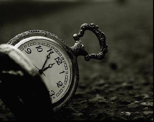 orologio in terra, tempo e psicologia